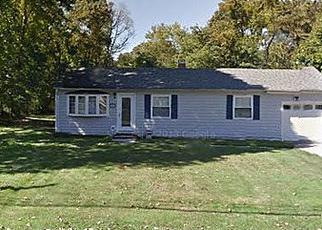Foreclosed Home in Bay Shore 11706 N THOMPSON DR - Property ID: 3022428941