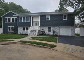 Foreclosed Home in Lindenhurst 11757 N PUTNAM AVE - Property ID: 4332340388