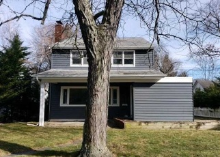 Foreclosed Home in Brightwaters 11718 WOODLAND DR - Property ID: 4357422731