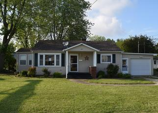 Foreclosed Home in Newton 62448 E HENRY ST - Property ID: 4402601938