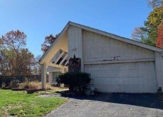 Foreclosed Home in Coram 11727 GLENMERE LN - Property ID: 4422449151