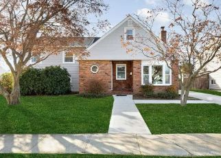 Foreclosed Home in Lindenhurst 11757 N NIAGARA AVE - Property ID: 4428450720
