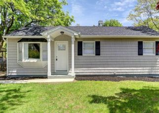 Foreclosed Home in Bay Shore 11706 N THOMPSON DR - Property ID: 4507244880