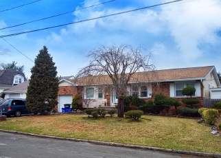 Pre Foreclosure in West Babylon 11704 WALKER ST - Property ID: 1171046267