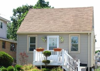 Short Sale in Evergreen Park 60805 W 97TH PL - Property ID: 6315497598