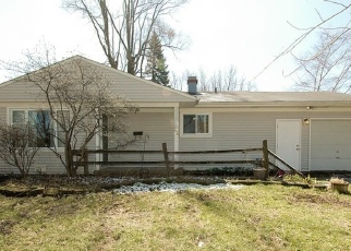 Short Sale in Carpentersville 60110 ROBIN RD - Property ID: 6334103608